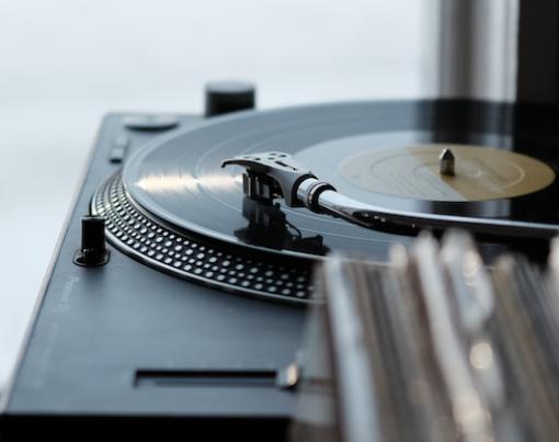 Cover Bild für Posts zu neue Hip Hop Tracks auf say say soulful hip hop radio Foto von Wesley Gibbs auf Unsplash